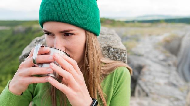 Retrato de jovem mulher bebendo água Foto gratuita