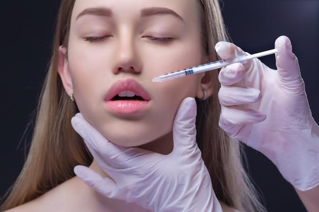 Retrato de jovem mulher caucasiana, recebendo injeção plástica Foto Premium