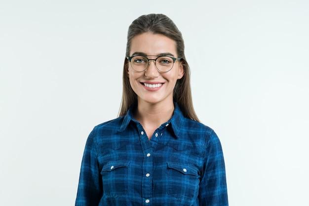 Retrato de jovem mulher positiva Foto Premium