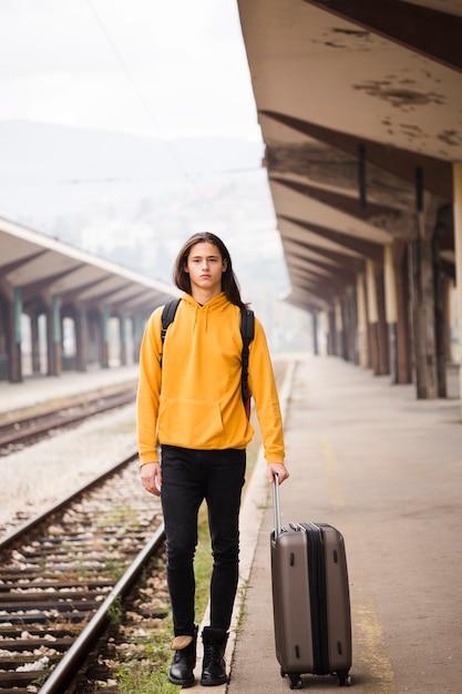 Retrato de jovem na estação ferroviária Foto gratuita
