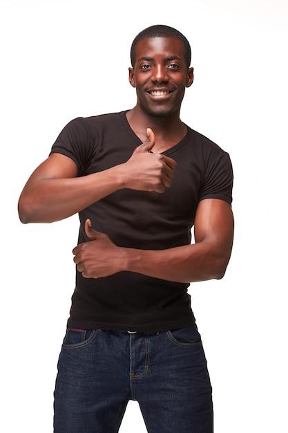 Retrato de jovem negro africano sorridente homem bonito Foto gratuita