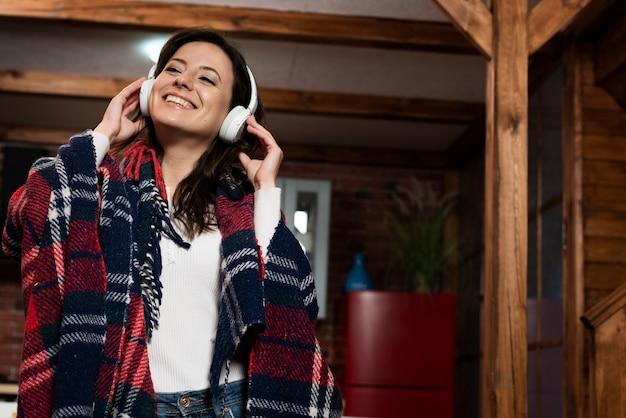 Retrato de jovem ouvindo música Foto gratuita