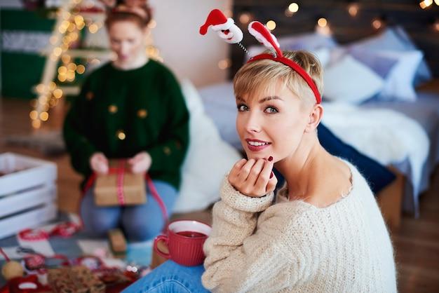 Retrato de jovem passando o natal no quarto Foto gratuita