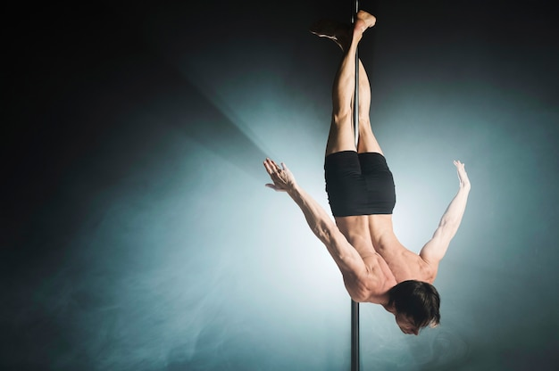 Retrato de jovem pole masculino modelo dançando Foto gratuita