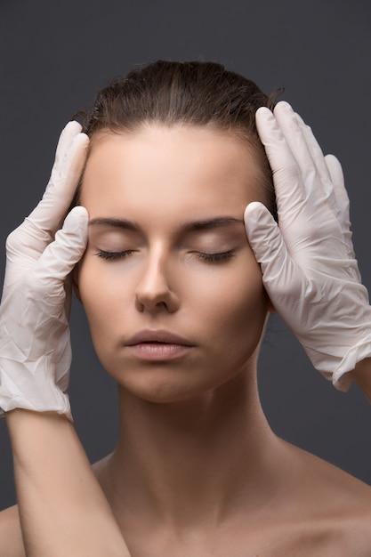 Retrato de jovem recebendo injeção plástica Foto Premium