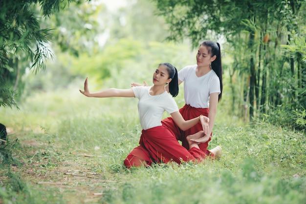 Retrato de jovem tailandesa na arte cultura tailândia dançando, tailândia Foto gratuita