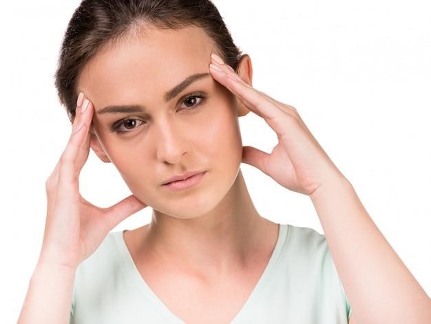 Retrato de jovem tendo dor de cabeça. Foto Premium