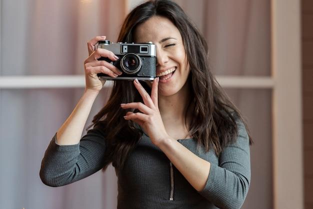 Retrato de jovem tirando uma foto Foto gratuita