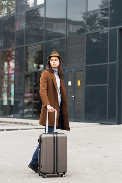 Retrato de jovem viajante bonito Foto gratuita