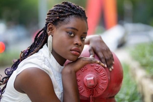 Retrato de jovens mulheres afro-americanas em pé ao ar livre, o conceito de dia da mulher Foto Premium