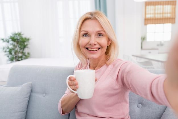 Retrato de linda mulher sênior sorrindo Foto gratuita