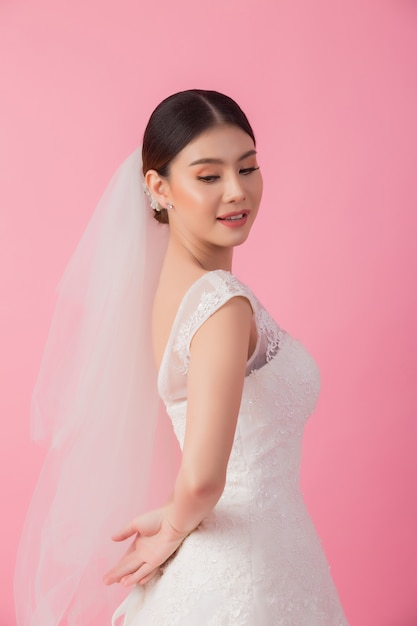 Retrato de linda noiva asiática em rosa Foto gratuita