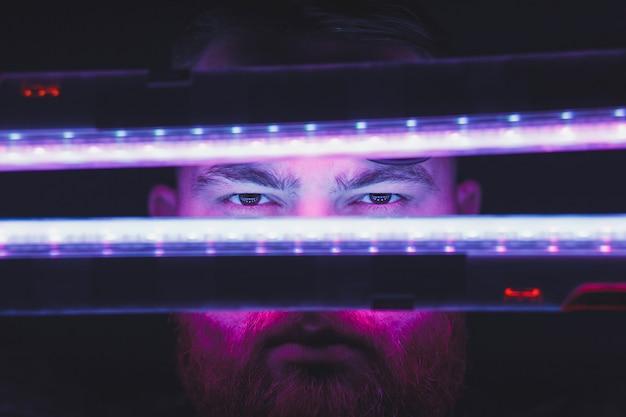 Retrato de luz de néon do modelo de homem com bigodes Foto Premium