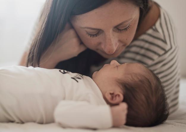 Retrato de mãe assistindo seu filho Foto gratuita