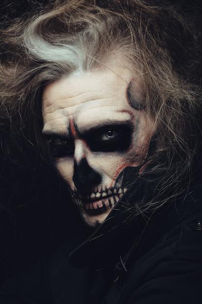 Retrato de maquiagem caveira de jovem Foto gratuita