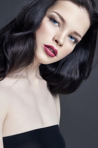 Retrato de maquiagem jovem morena. cuidado capilar Foto Premium