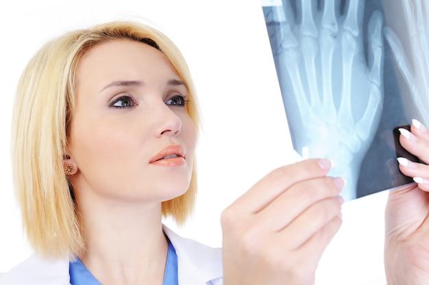Retrato de médica mostrando o raio-x médico - isolado no branco Foto gratuita