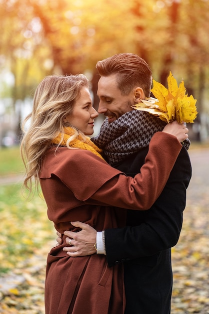 Retrato de meio corpo de um jovem casal se beijando Foto Premium