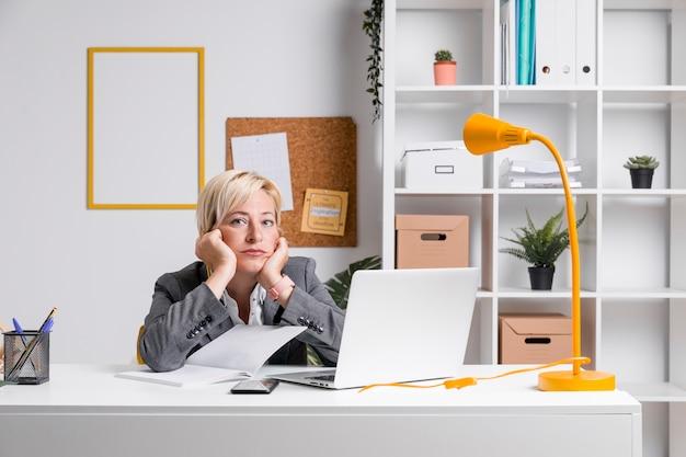 Retrato, de, meio envelheceu, executiva, em, escritório Foto gratuita