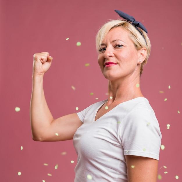 Retrato, de, meio envelheceu, mulher, em, celebração, pose Foto gratuita