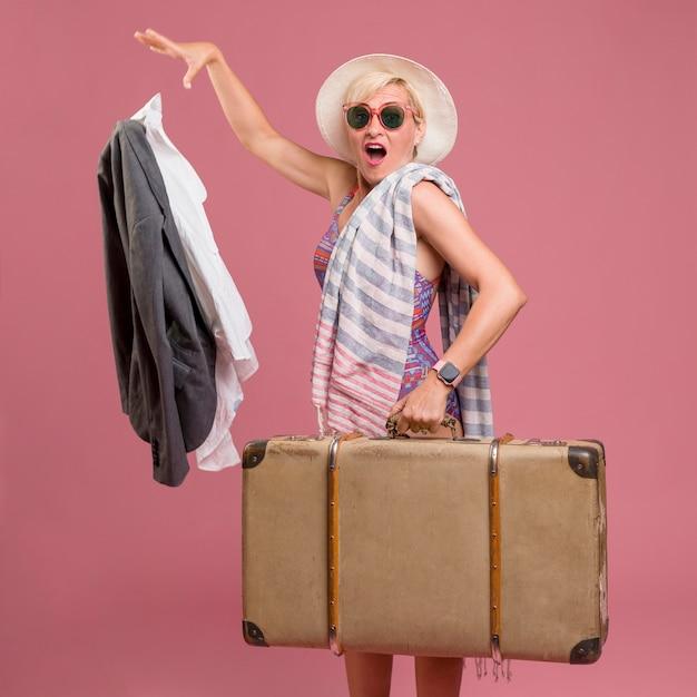 Retrato, de, meio envelheceu, mulher, ir, verão, férias Foto gratuita