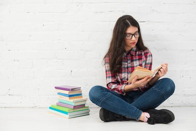 Retrato, de, menina adolescente, com, livro Foto gratuita