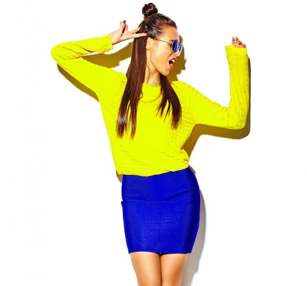 Retrato de menina alegre moda hipster enlouquecendo em roupas de verão amarelo colorido casual com lábios vermelhos isolados no branco Foto gratuita