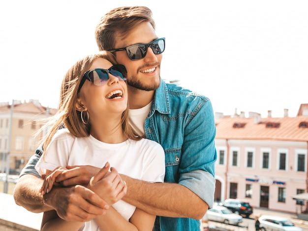 Retrato de menina bonita sorridente e seu namorado bonito. mulher em roupas de verão casual jeans. Foto gratuita