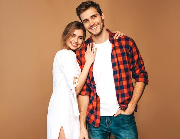 Retrato de menina bonita sorridente e seu namorado considerável rindo. Foto gratuita