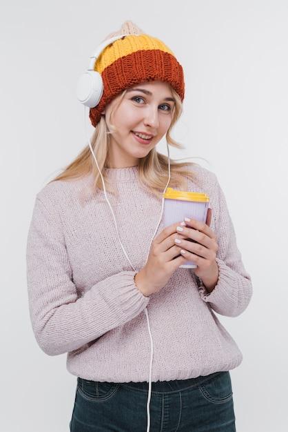 Retrato de menina com fones de ouvido Foto gratuita