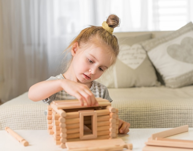 Retrato de menina com modelo de casa. Foto Premium