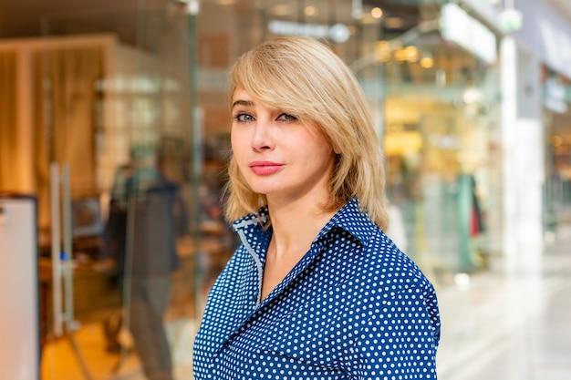 Retrato de menina compras moda. mulher de beleza com sacos de compras no shopping. comprador. vendas. Foto Premium