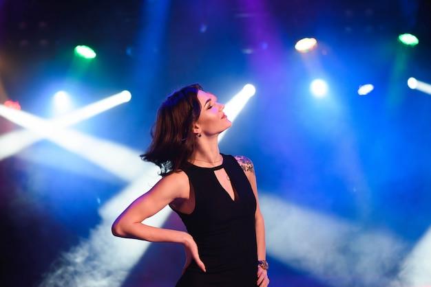 Retrato, de, menina dança, ligado, partido disco Foto Premium