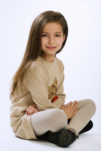 Retrato, de, menina, de, sete anos velho, branco, fundo Foto Premium