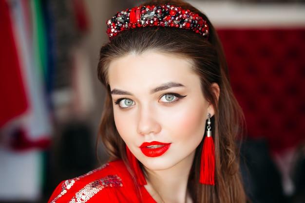 Retrato, de, menina, desgastar, em, vermelho, faixa cabelo brilhante Foto Premium