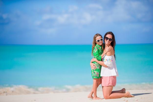 Retrato de menina e mãe nas férias de verão Foto Premium