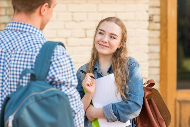 Retrato, de, menina, e, menino, frente, escola Foto gratuita