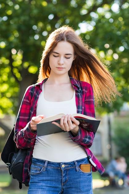 Retrato, de, menina escola, com, livros, parque Foto gratuita