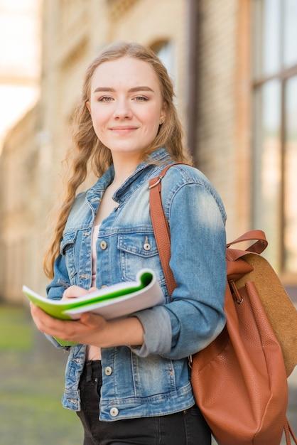 Retrato, de, menina, frente, escola Foto gratuita