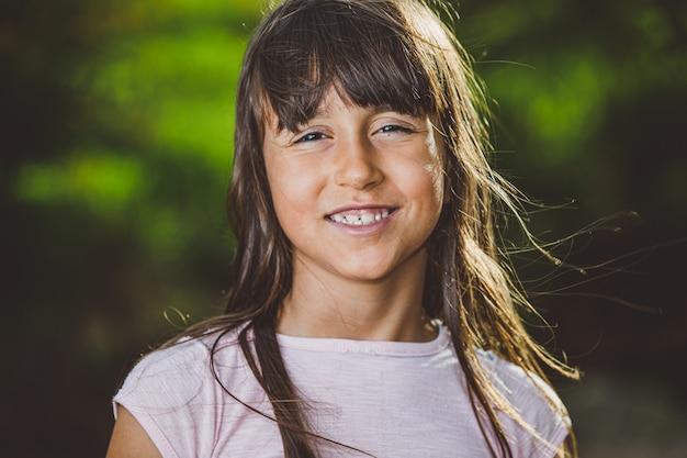 Retrato de menina linda sorridente na fazenda Foto Premium