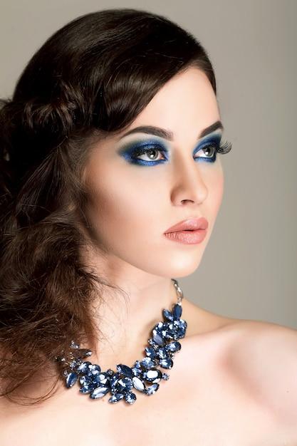 Retrato de menina mágica. maquiagem azul. moda mulher Foto Premium