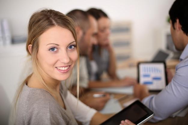 Retrato, de, menina negócio, assistindo reunião Foto Premium