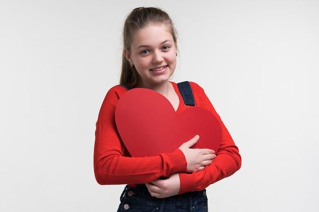 Retrato de menina posando Foto gratuita