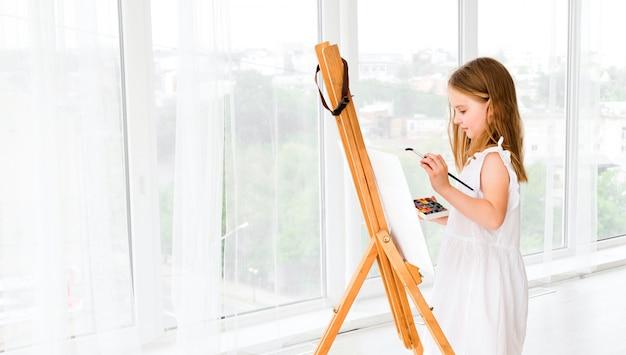 Retrato de menina surpresa pintando uma foto Foto Premium