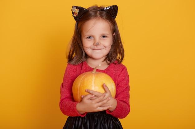 Retrato de menina vestindo camisola vermelha, com bigode e orelhas de gato Foto Premium