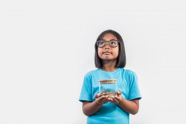 Retrato, de, menininha, com, dela, poupanças, em, tiro estúdio Foto gratuita