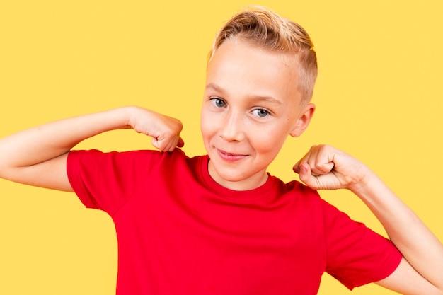 Retrato de menino bonitinho em fundo amarelo Foto gratuita