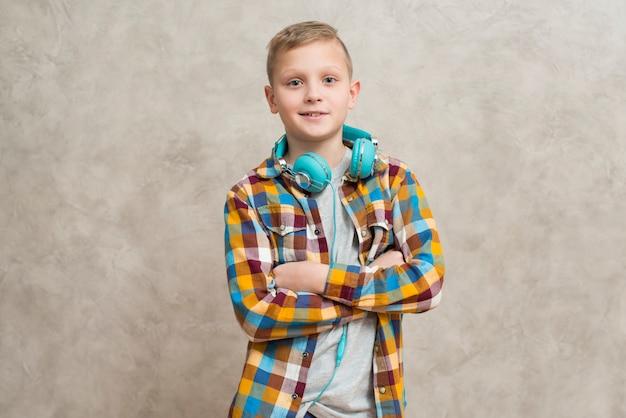 Retrato, de, menino, com, fones, ao redor pescoço Foto gratuita