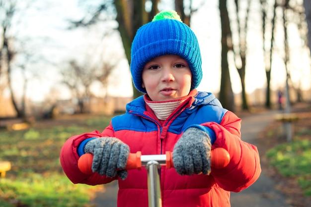 Retrato de menino feliz fofo no parque local Foto Premium