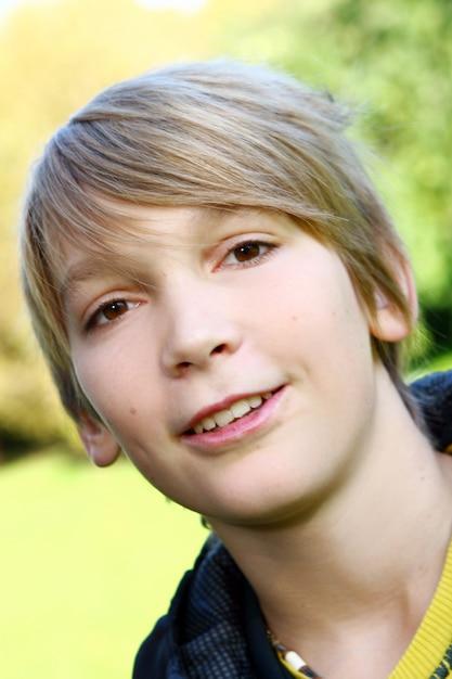 Retrato de menino jovem e atraente Foto gratuita